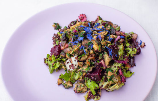 Warm salad with quinoa, beet, mushrooms and veggies