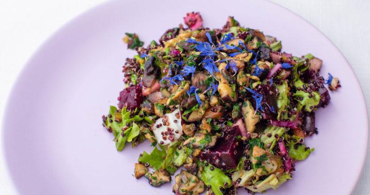 Warm salad with quinoa, beet, mushrooms and veggies