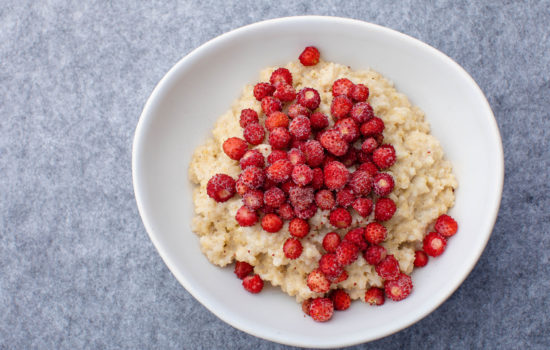 Creamy vegan millet porridge with berries