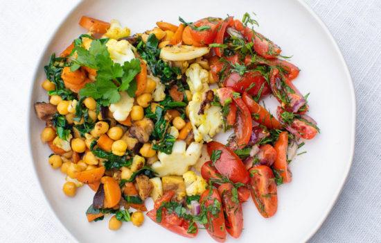 Warm salad with chickpeas, mushrooms and veggies